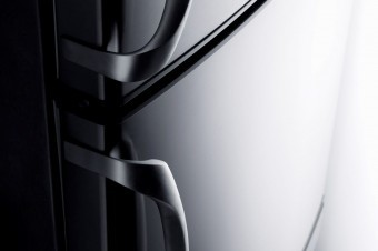 The handles of the 70cm model are generously proportioned and chromed die-cast.